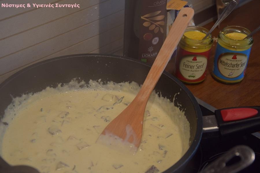 Κόβουμε το καπνιστό τόφου σε κυβάκια και το σοτάρουμε σε ένα βαθύ τηγάνι για 2-3 λεπτά μέχρι να ροδίζει απ`όλες τις πλευρές. Το αφαιρούμε από το τηγάνι και το βάζουμε σε ένα πιάτο