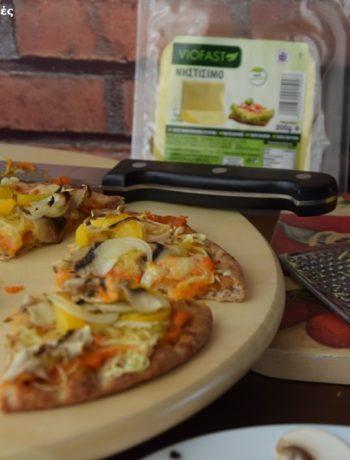 πίτσα με χούμους και νηστίσιμο τυρί