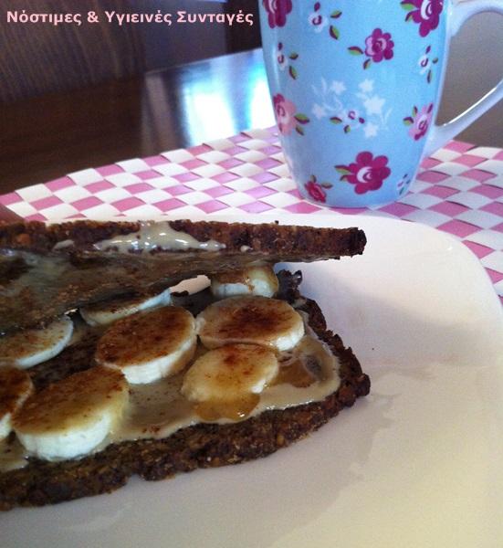 πρωινό για ενέργεια με ψωμί ,μέλι, μπανάνα, κανέλα