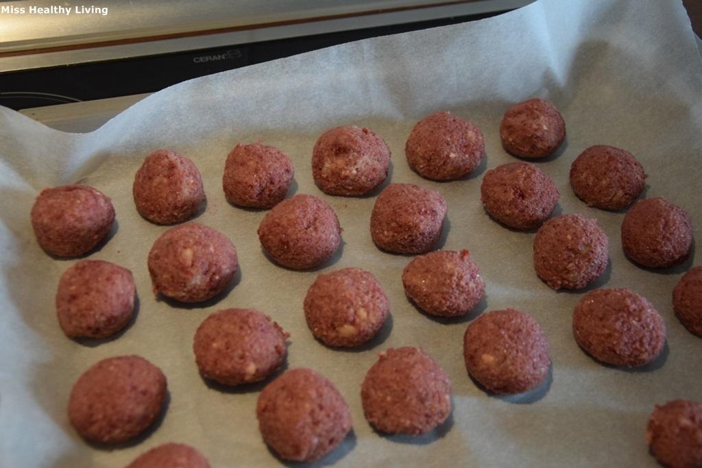 τρουφάκια με αμύγδαλα και αποξηραμένη φράουλα