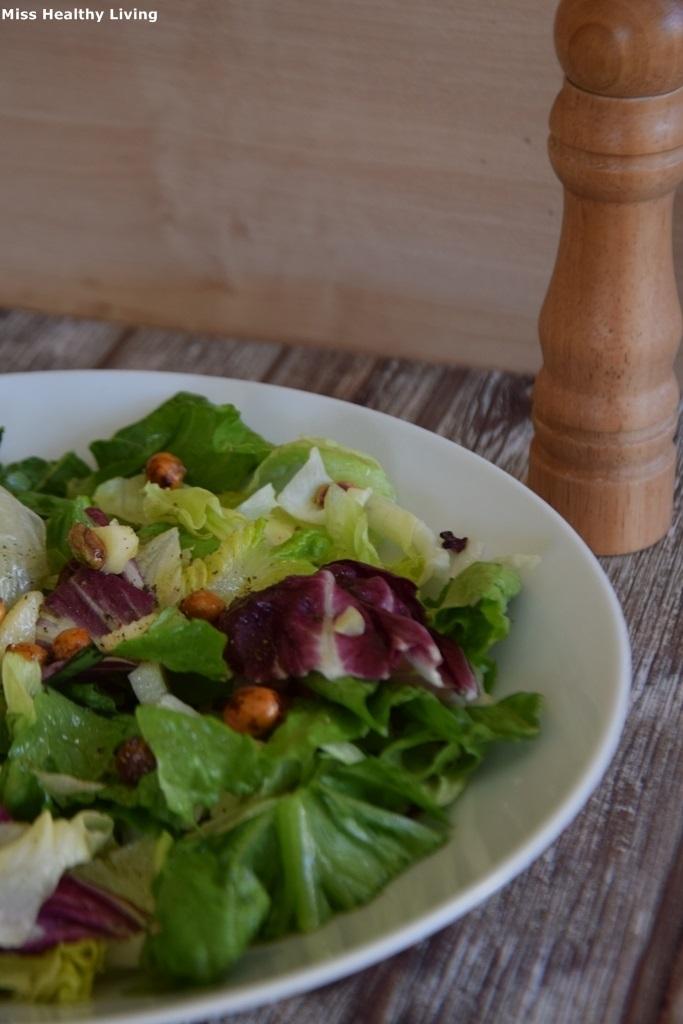 πράσινη σαλάτα με κρουτόν από ρεβίθια