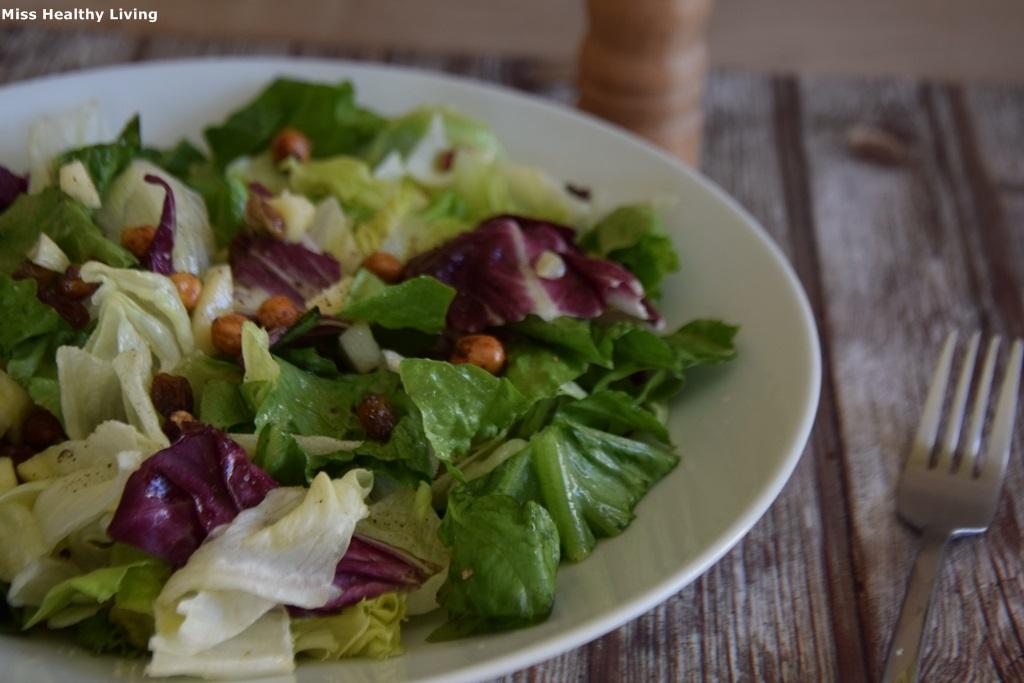 πράσινη σαλάτα με κρουτόν από ρεβίθια, σατφίδες και μήλο