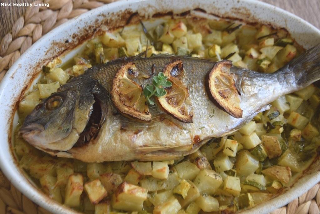 ψάρι ψητό στο φούρνο με πατάτες και μυρωδικά